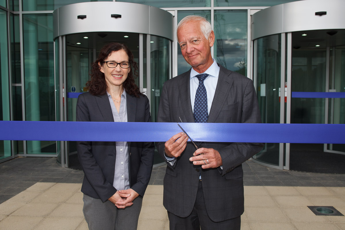 John Dixon cutting the ribbon with Kate Hillyard Vice President of Biology at BioFocus/Charles River